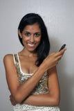 3 детеныша телефона клетки красотки multiracial Стоковые Изображения RF
