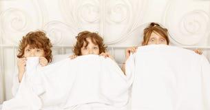 3 дет в кровати Стоковое Фото