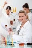 3 женщины в лаборатории стоковые изображения