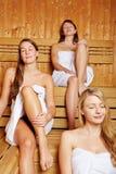 3 женщины наслаждаясь sauna Стоковая Фотография