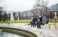 3 жизнерадостных девушки в саде Tuileries Стоковые Изображения