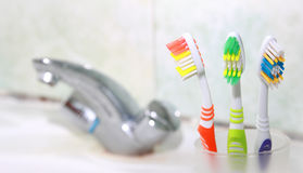 3 зубной щетки в ванной комнате. Стоковое Изображение RF
