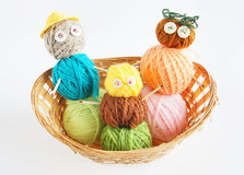 3 игрушки сделанной шариков пряжи в корзине Стоковое Фото
