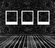 3 картинной рамки на черной треснутой стене Стоковое Фото
