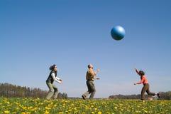 3 молодые люди с шариком Стоковая Фотография