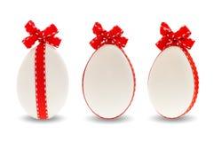 3 пасхального яйца с красным смычком тесемки Стоковое Фото
