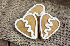 3 печенья gingerbread формы сердца на sacking Стоковое Изображение