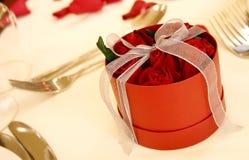 3 положили красные розы в коробку Стоковые Фото