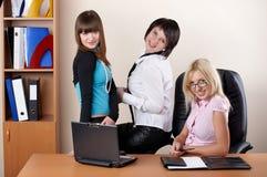 3 прелестно женщины на офисе Стоковое Изображение
