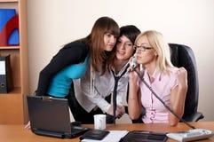 3 прелестно женщины на офисе Стоковые Изображения