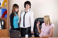 3 прелестно женщины на офисе Стоковая Фотография RF