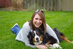 妇女和狗-3 免版税库存图片