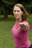 3/4 ontsproten van vrouw die yoga doet Stock Foto's