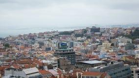里斯本,葡萄牙,全视图:塔霍河,街市和3 7小山 库存图片