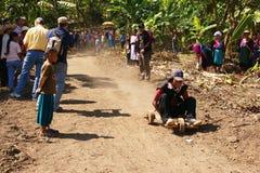 3 akka赛跑部落的购物车小山转动木 库存照片