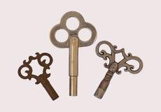 3 antykwarskiego zegaru odosobniony kluczy kościec trzy Obraz Stock