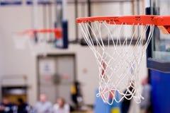 3 aros de baloncesto con las redes que cuelgan dentro de una gimnasia Imágenes de archivo libres de regalías