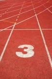 3 auf einer laufenden Spurzeile Stockfotos