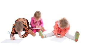 3 barn som tecknar tre fotografering för bildbyråer