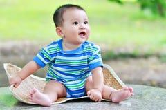 3 behandla som ett barn den älskvärda pojken Arkivbild