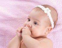 3 behandla som ett barn ner lyckliga liggande månader för flicka royaltyfria bilder