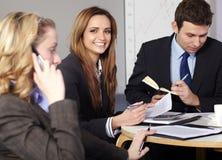 3 biznesmena grupują obsiadanie stół Zdjęcie Stock