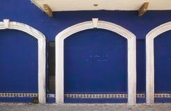 3 blauwe Deuren & Witte Versiering Stock Afbeeldingen