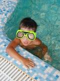#3.Boy en piscina. Imagen de archivo
