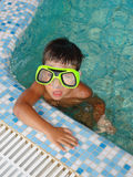 #3.Boy im Swimmingpool. Stockbild