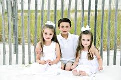 3 crianças na praia demasiado imagens de stock royalty free