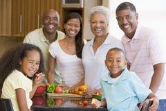 3 de Familie die van de generatie een Maaltijd voorbereidt Stock Afbeelding