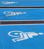 3 emblemen voor gehandicapten op supermarktparkeren Stock Foto