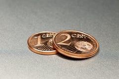3 euro Centen op een glanzende legeringsraad Royalty-vrije Stock Foto's