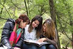3 flickor som tillsammans läser Arkivbilder