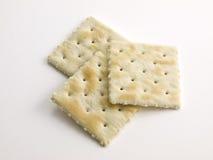 3 galletas empiladas saladas en blanco Fotos de archivo