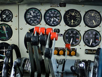 3 gammala flygplaninstrument Arkivfoto