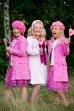 3 hermanas alzadas con el gato rosadas Foto de archivo libre de regalías