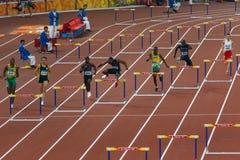 3 het Team van de Hindernis van de mensenV.S. 400m in centrum Royalty-vrije Stock Afbeelding