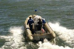 3 hommes dans un bateau Images libres de droits