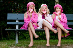 3 irmãs que comem um lollipop imagens de stock