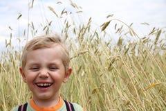 3 jaar het oude jongen lachen Stock Foto's