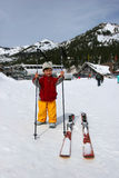 3 Jahre alt bereiten vor, um Ski zu fahren Lizenzfreies Stockfoto