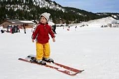 3 Jahre alt bereiten vor, um Ski zu fahren Lizenzfreies Stockbild