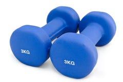 3 kilogramos de caucho sumergieron pesa de gimnasia azul Fotografía de archivo libre de regalías