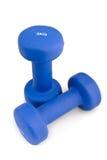 3 kilogramos de caucho sumergieron pesa de gimnasia azul Foto de archivo libre de regalías