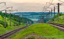 (3 kilovoltios de C.C.) ferrocarril electrificado de doble vía Imágenes de archivo libres de regalías
