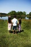 3 Kinder draußen Lizenzfreie Stockfotografie