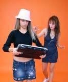 3 kvinnor för bärbar dator två arkivbilder