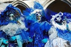 3 mascherine si sono vestite in costumi blu al carnevale 2011 Immagini Stock Libere da Diritti