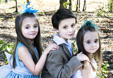 3 niños al aire libre fotografía de archivo